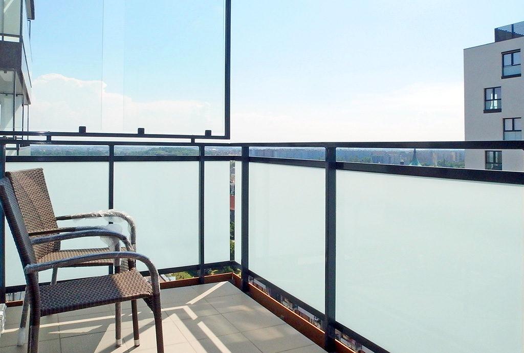 komfortowy balkon z pięknym widokiem znajdujący się w mieszkaniu we Wrocławiu na wynajem