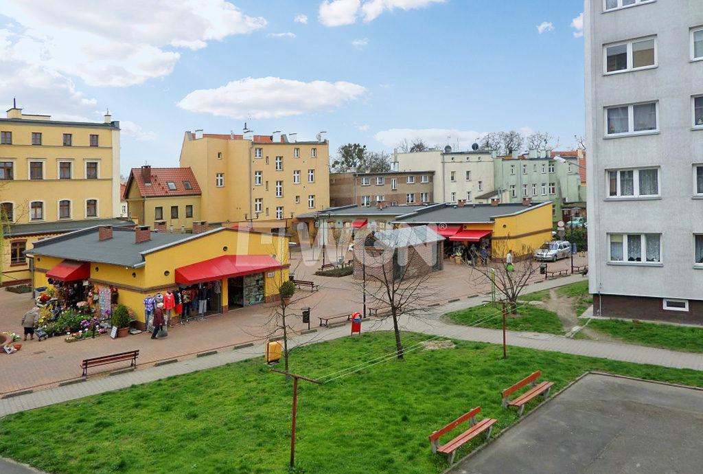 widok z okna na osiedle we Wrocławiu, na którym mieści się oferowane do wynajmu mieszkanie