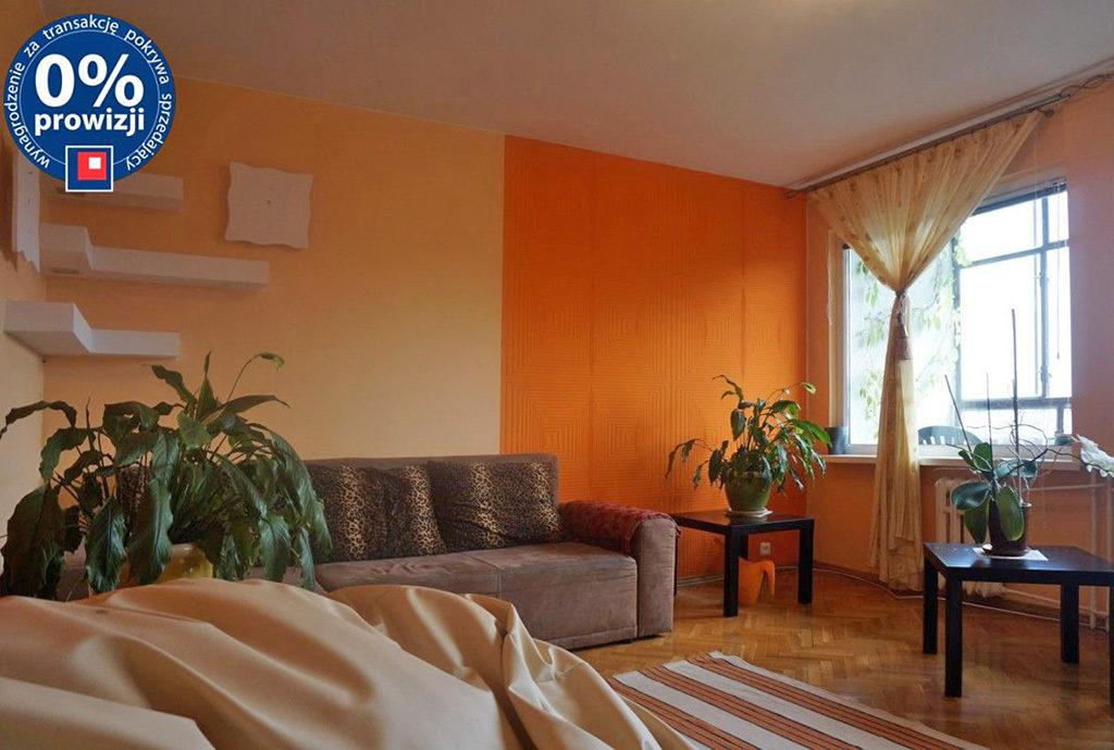 widok z innej perspektywy na komfortowy salon w mieszkaniu do wynajmu we Wrocławiu