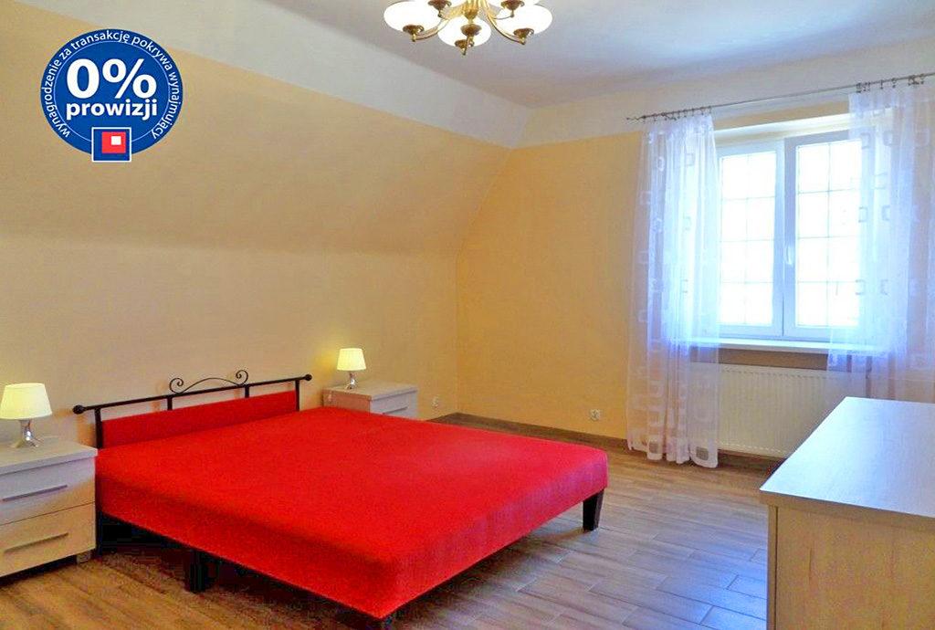 widok na elegancką sypialnię w mieszkaniu do wynajmu we Wrocawiu