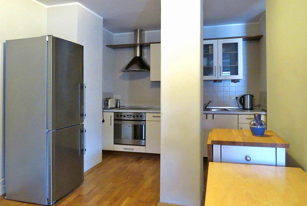 zabudowana i umeblowana kuchnia w mieszkaniu we Wrocławiu na wynajem