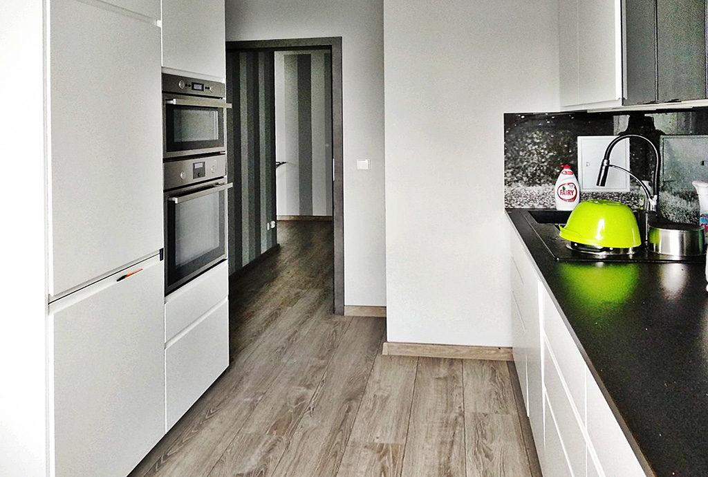 nowoczesna kuchnia w mieszkaniu do wynajmu we Wrocławiu