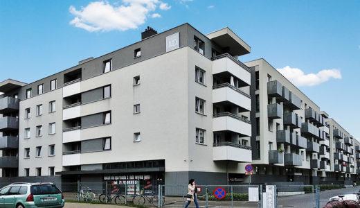 widok od strony ulicy na osiedle we Wrocławiu, na którym mieści się oferowane na wynajem mieszkanie