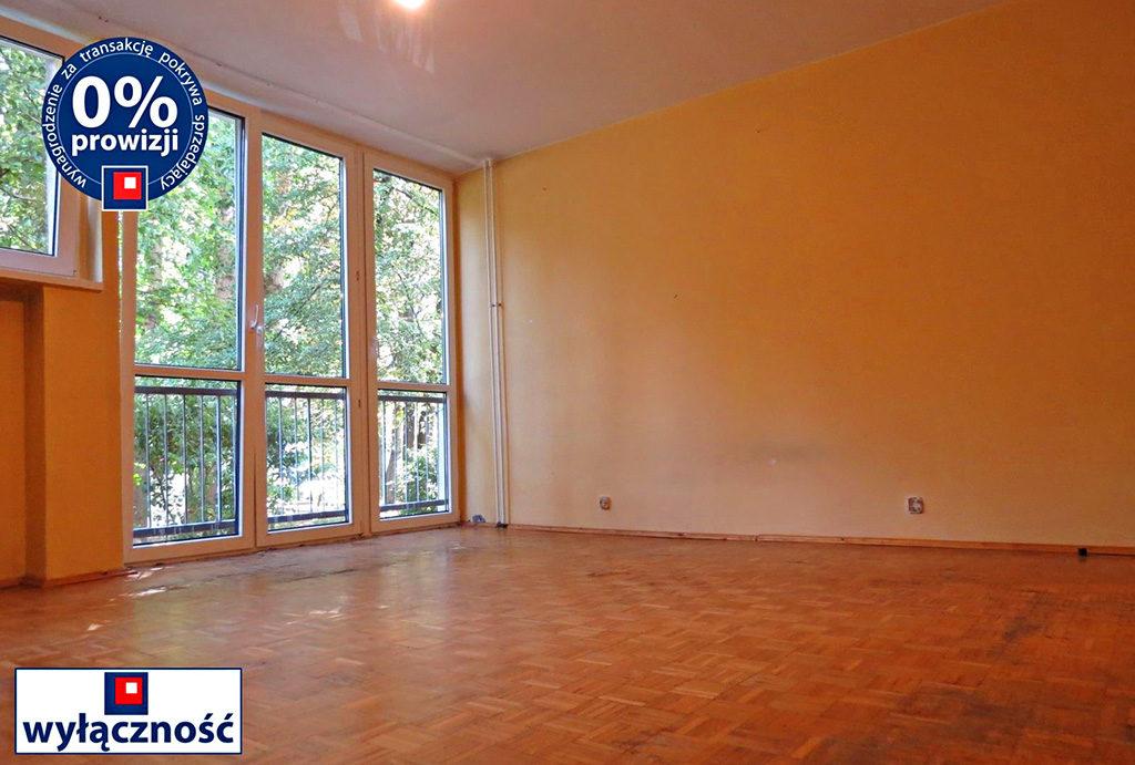 przestronny salon w mieszkaniu do sprzedaży we Wrocławiu na Krzykach