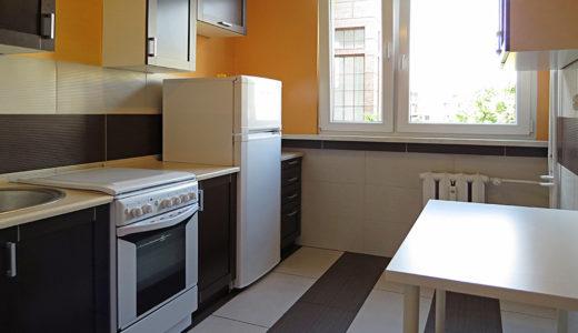 umeblowana komfortowo kuchnia w mieszkaniu na sprzedaż we Wrocławiu na Krzykach
