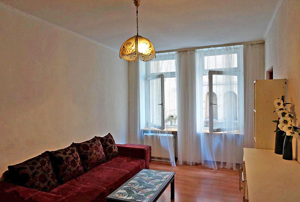 widok z innej perspektywy na luksusowy salon w mieszkaniu do sprzedaży we Wrocławiu na Starym Mieście
