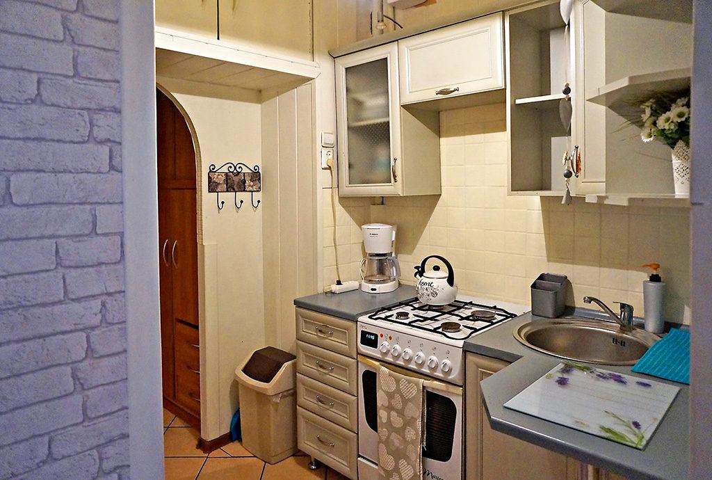 umeblowana i urządzona kuchnia w mieszkaniu we Wrocławiu na Starym Mieście na sprzedaż