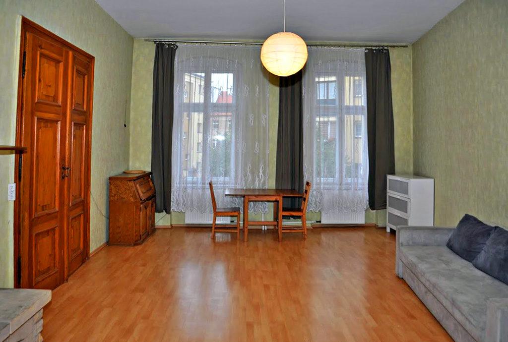 stylowy salon w mieszkaniu na sprzedaż we Wrocławiu (okolice)