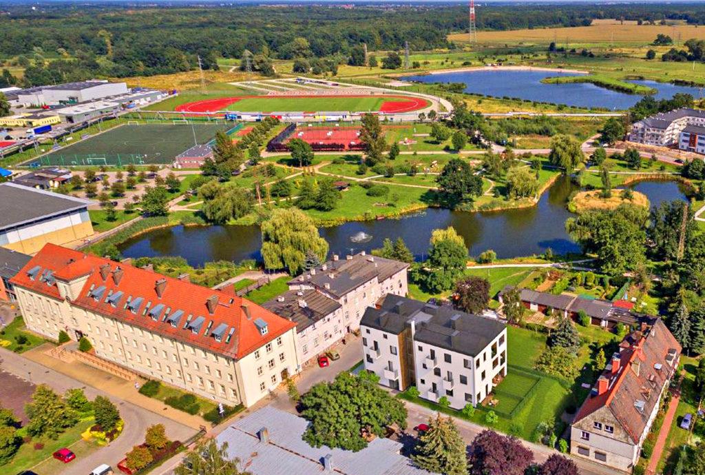 widok z lotu ptaka na osiedle we Wrocławiu (okolice), na którym znajduje się oferowane na sprzedaż mieszkanie