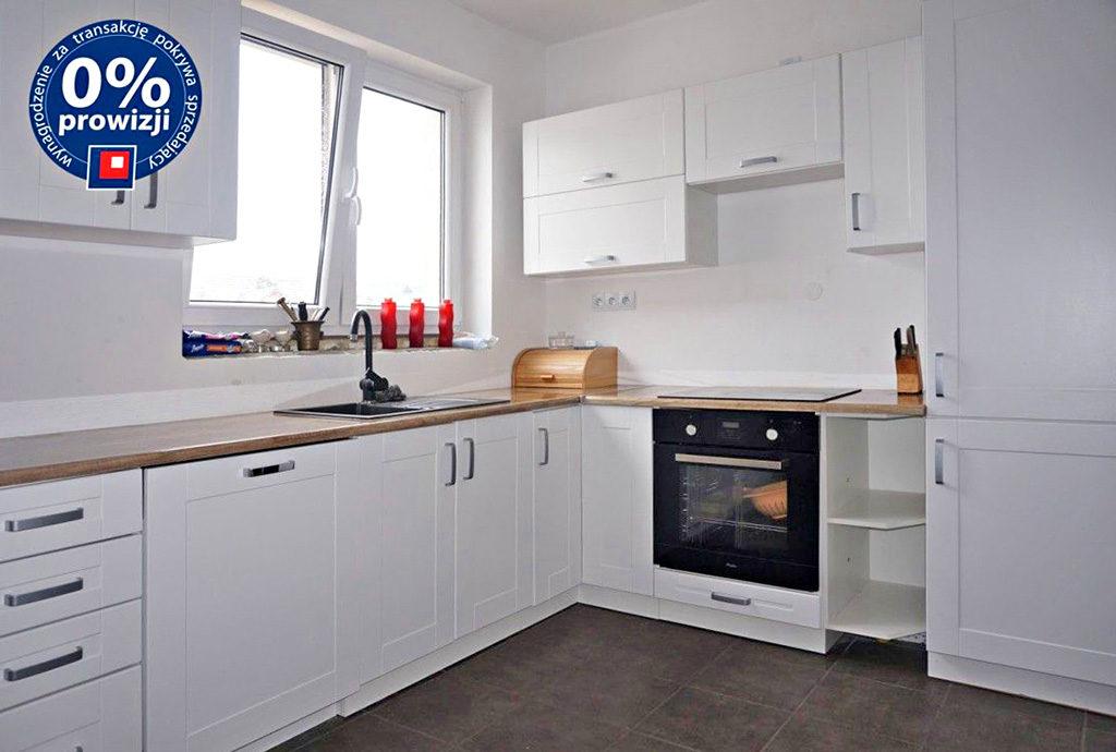 nowocześnie urządzona i umeblowana kuchnia w mieszkaniu do sprzedaży we Wrocławiu (okolice)