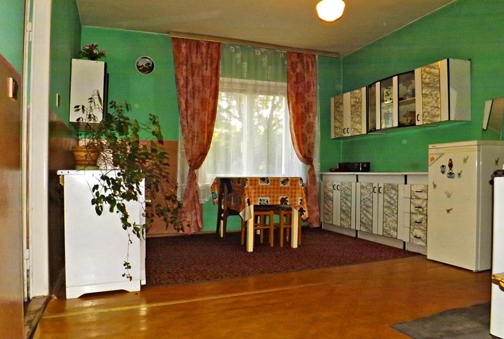 widok z salonu na kuchnię w mieszkaniu na sprzedaż we Wrocławiu (okolice)