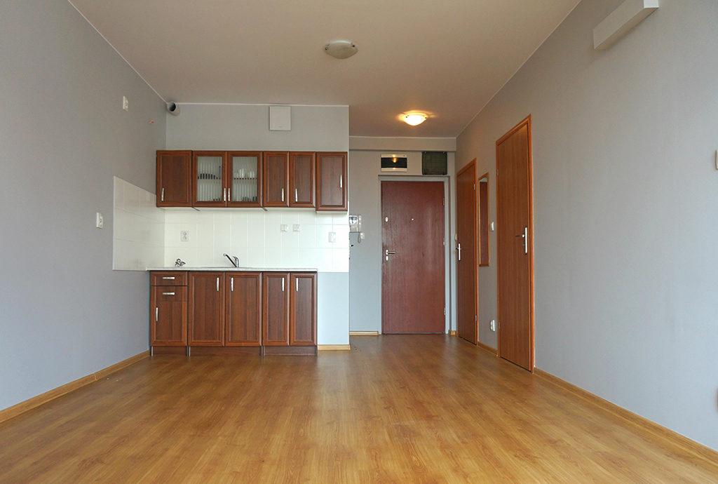 widok od strony salonu na aneks kuchenny w mieszkaniu we Wrocławiu Fabryczna na sprzedaż
