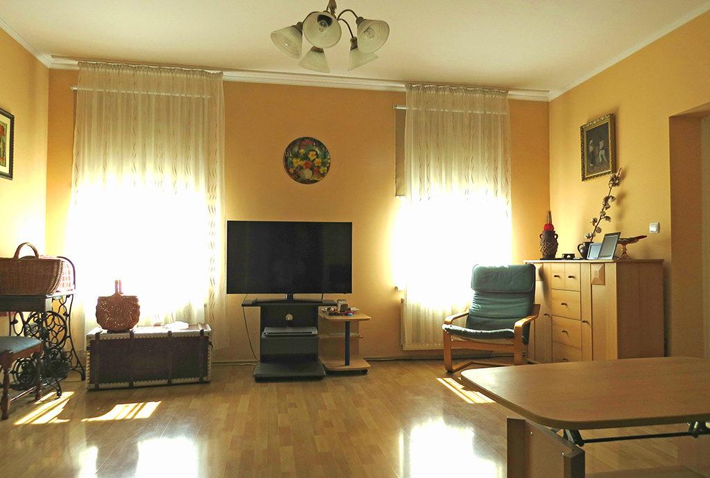 widok na komfortowy salon w mieszkaniu do sprzedaży we Wrocławiu Fabryczna