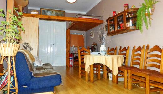 przestronne, słoneczne wnętrze mieszkania umeblowana stylowo kuchnia w mieszkaniu do sprzedaży we Wrocławiu (okolice) na sprzedaż