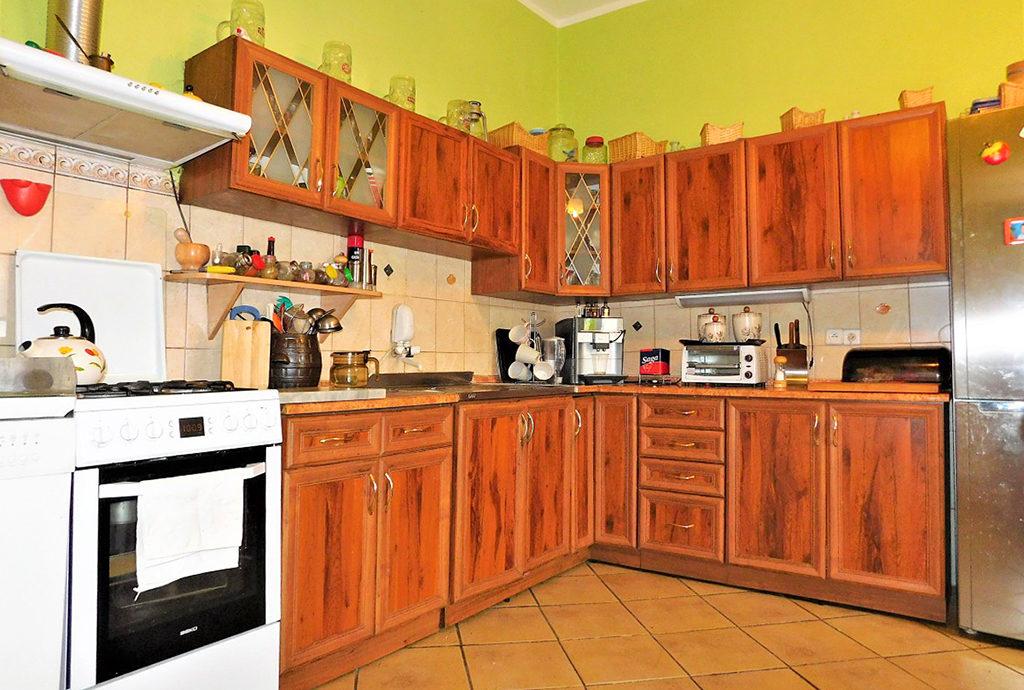 umeblowana stylowo kuchnia w mieszkaniu do sprzedaży we Wrocławiu (okolice)