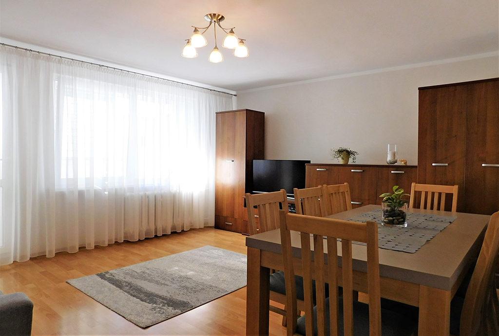salon w stylu klasycznym znajdujący się w mieszkaniu na sprzedaż we Wrocławiu (okolice)