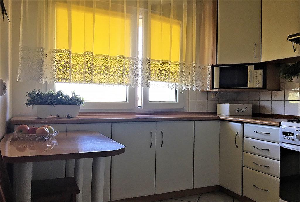umeblowana i urządzona kuchnia w mieszkaniu do sprzedaży we Wrocławiu (okolice)