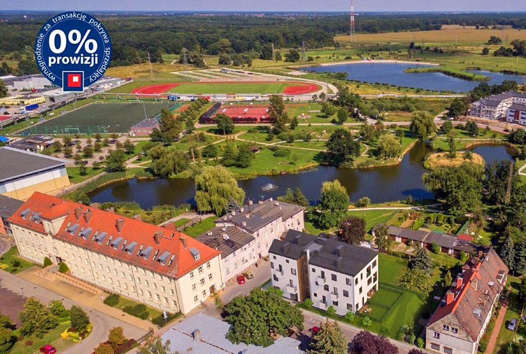 widok na osiedle, na którym znajduje się mieszkanie we Wrocławiu (okolice) na sprzedaż