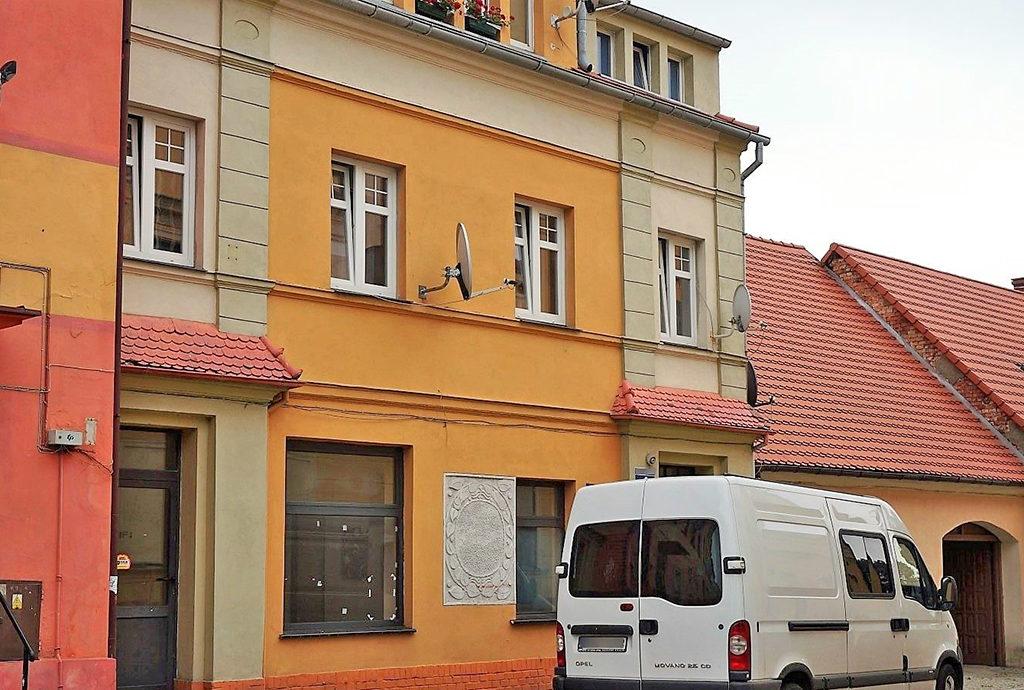 widok od strony ulicy na kamienicę we Wrocławiu (okolice), w której znajduje się oferowane na sprzedaż mieszkanie