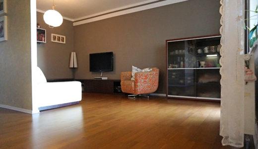 widok z innej perspektywy na przestronny salon w mieszkaniu Wrocław Fabryczna do sprzedaży