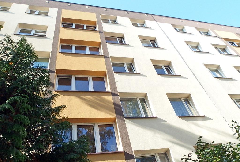 widok na blok we Wrocławiu Krzyki, w którym mieści się oferowane na sprzedaż mieszkanie