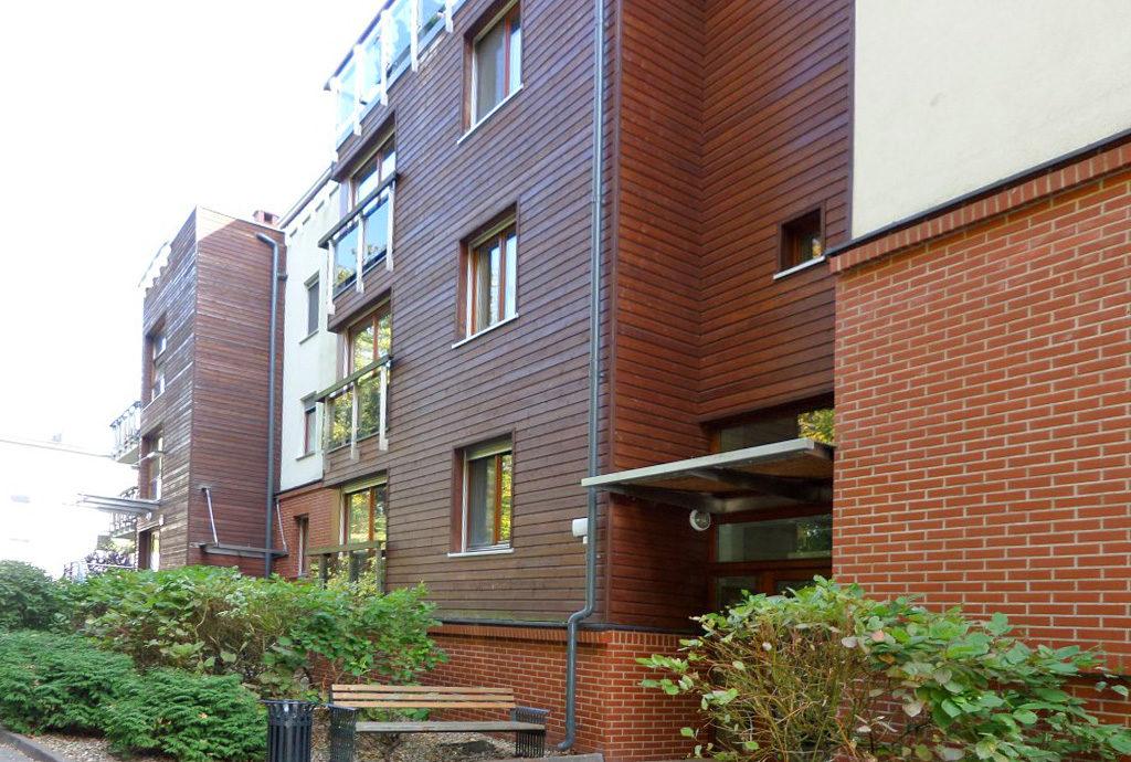 widok na budynek, w którym znajduje się oferowane na sprzedaż mieszkanie Wrocław Krzyki