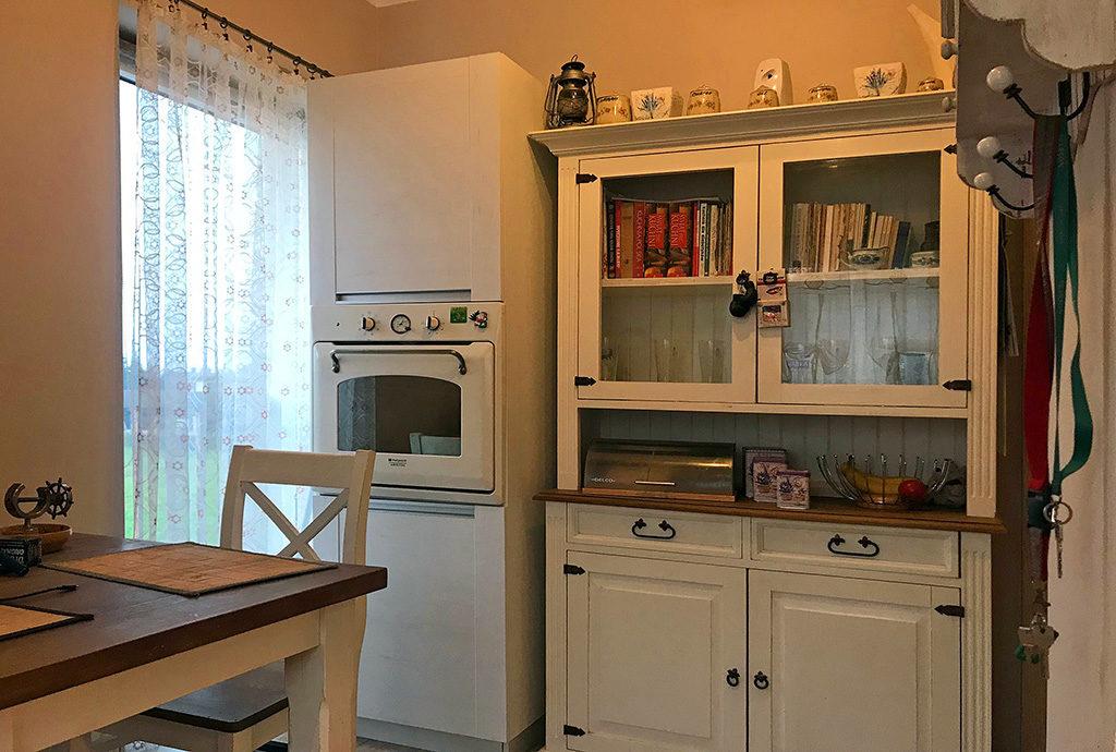 fragment komfortowo umeblowanej kuchni w mieszkaniu do sprzedaży Wrocław (okolice)