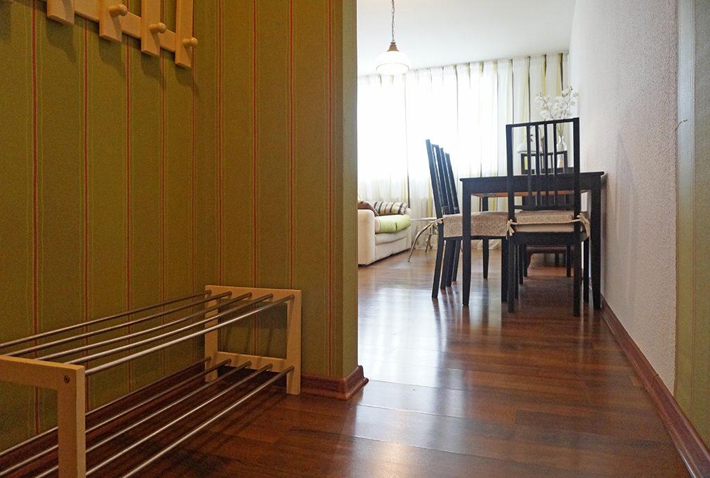 na pierwszym planie przedpokój, w oddali salon w mieszkaniu do sprzedaży we Wrocławiu na Starym Mieście