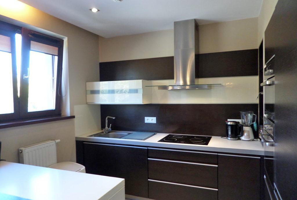 widok na umeblowaną i urządzoną kuchnię w mieszkaniu we Wrocławiu na Krzykach na wynajem