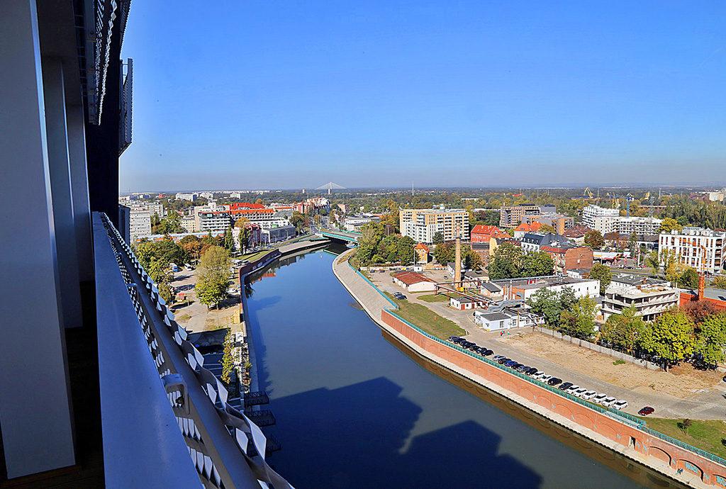 widok z tarasu na panoramę miasta, jaki roztacza się z mieszkania do wynajmu we Wrocławiu na Starym Mieście