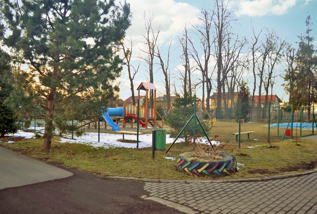 widok na podwórze i plac zabaw z okna mieszkania do sprzedaży Wrocław (okolice)