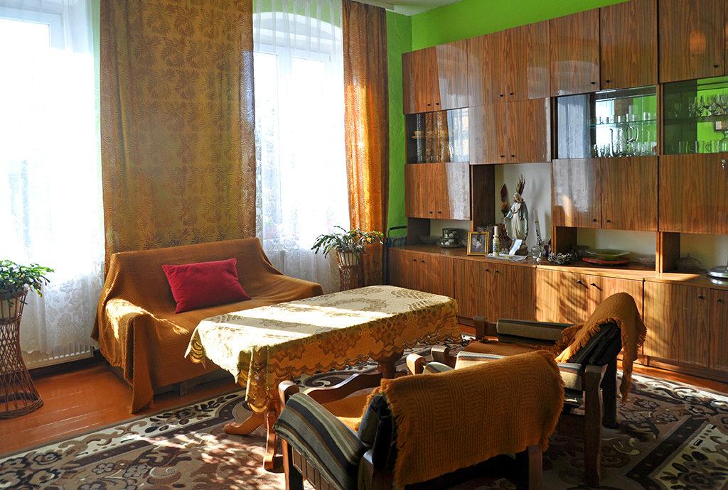 widok z innej perspektywy na ekskluzywny salon w mieszkaniu do sprzedaży Wrocław (okolice)