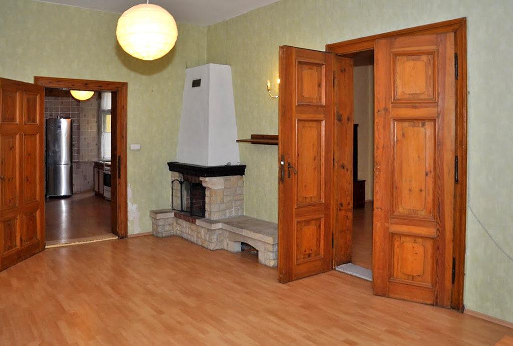 fragment salonu z kominkiem w mieszkaniu na sprzedaż Wrocław (okolice)