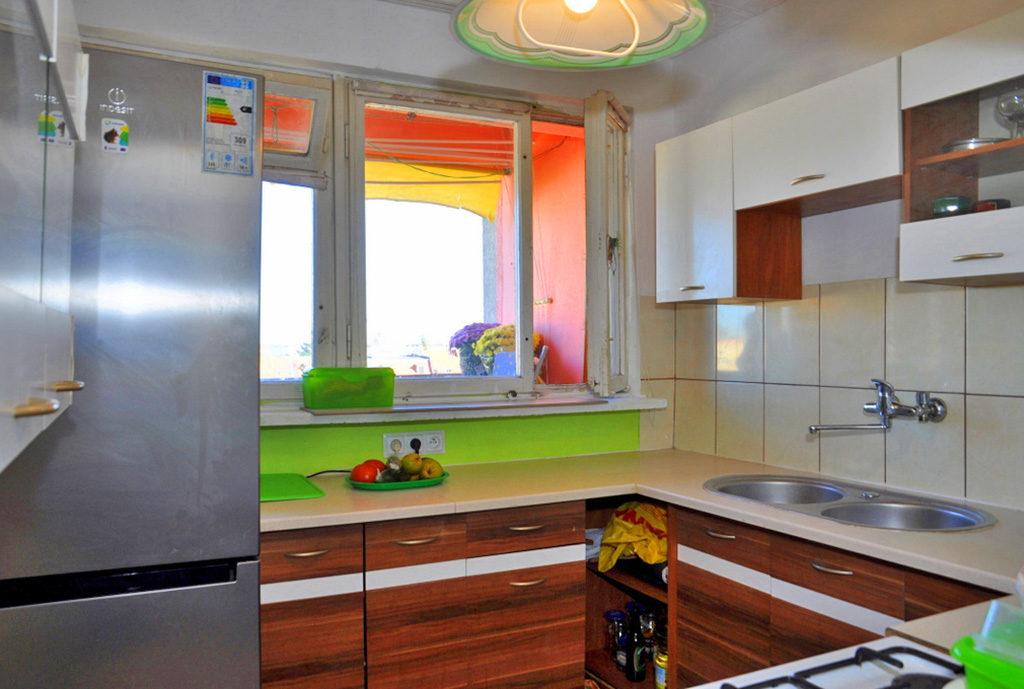 nowocześnie umeblowana kuchnia w zabudowie w mieszkaniu Wrocław (okolice) na sprzedaż
