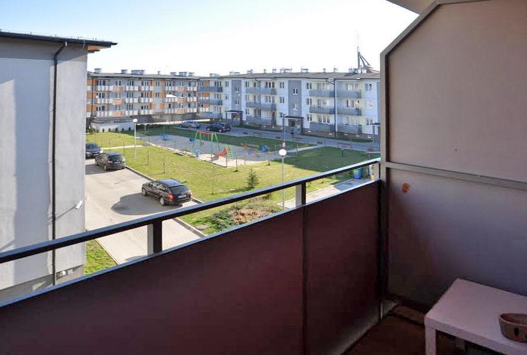 widok z balkonu na tereny zielone przy mieszkaniu Wrocław (okolice) na sprzedaż