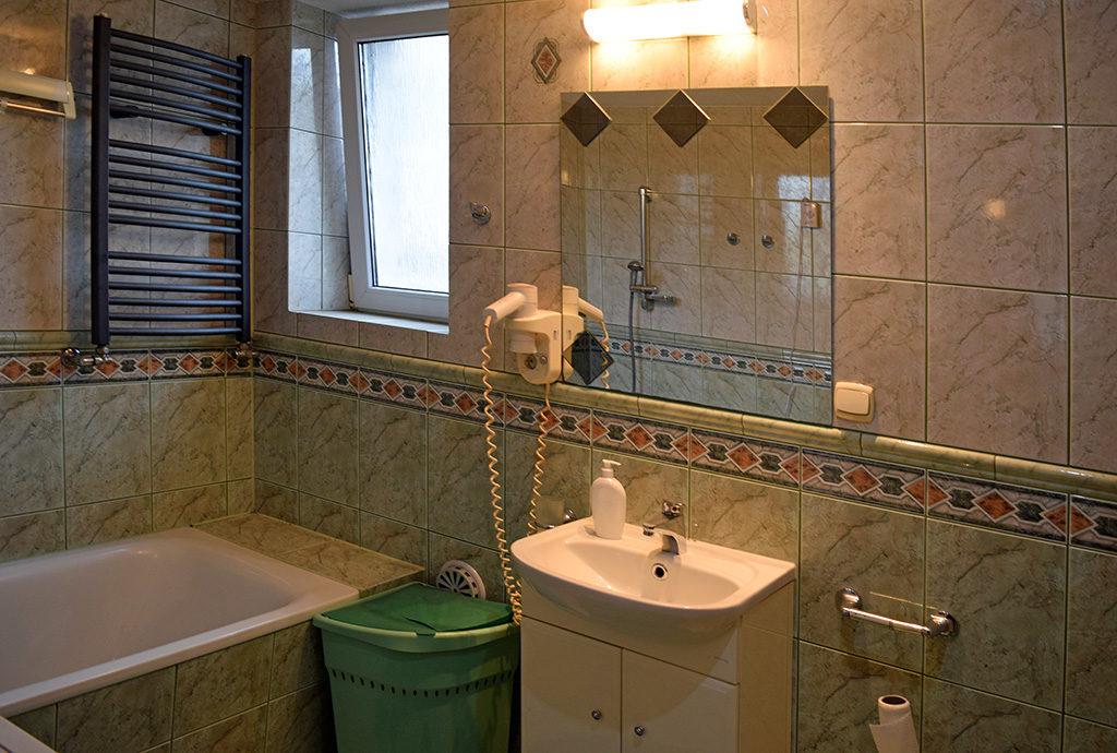 na zdjęciu wykafelkowana łazienka z mieszkania na sprzedaż Wrocław (okolice)
