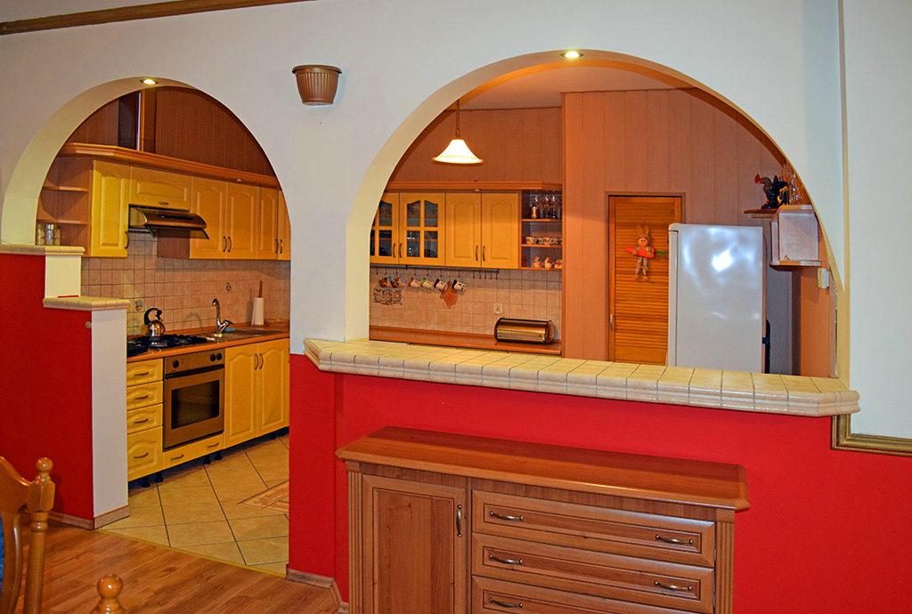 widok z innej perspektywy na salon w mieszkaniu do sprzedaży Wrocław (okolice)