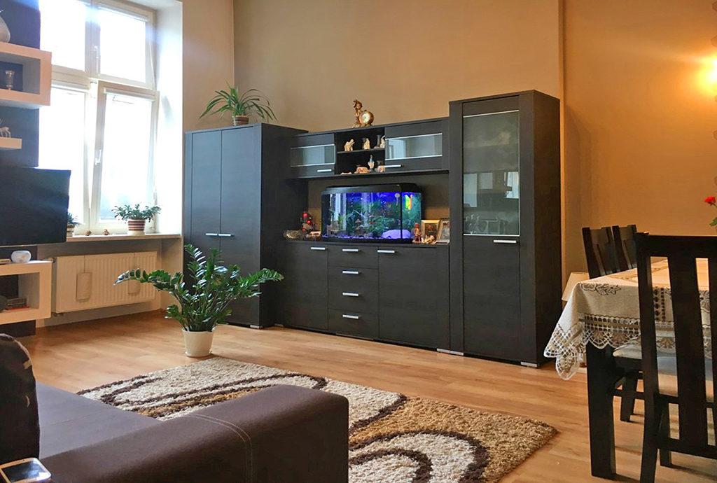 widok z innej perspektywy na salon w mieszkaniu Wrocław Stare Miasto na sprzedaż