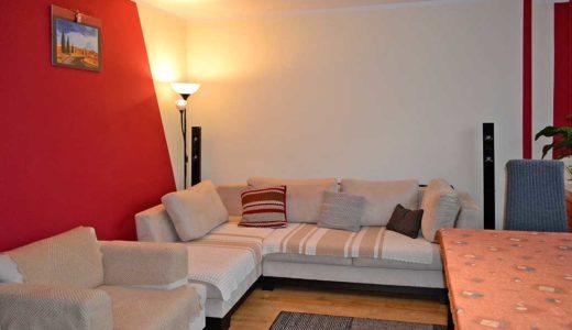 zaciszny fragment komfortowego salonu w mieszkaniu do sprzedaży Wrocław (okolice)