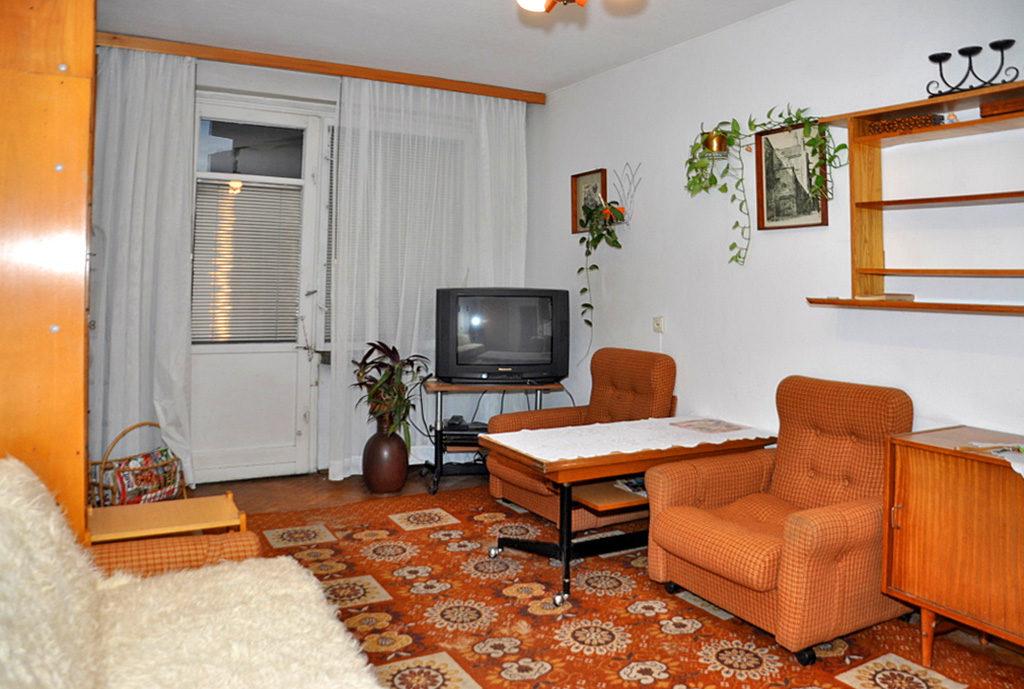 widok na komfortowy pokój gościnny w mieszkaniu do wynajęcia Wrocław