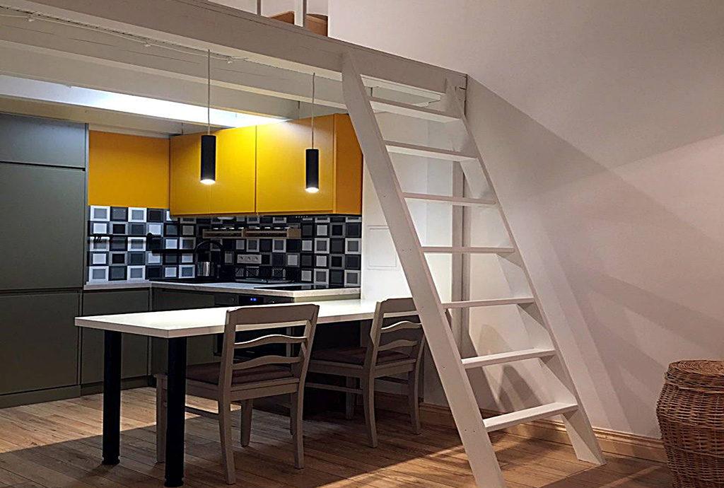 jadalnia, kuchnia i antresola w mieszkaniu do wynajmu Wrocław Centrum