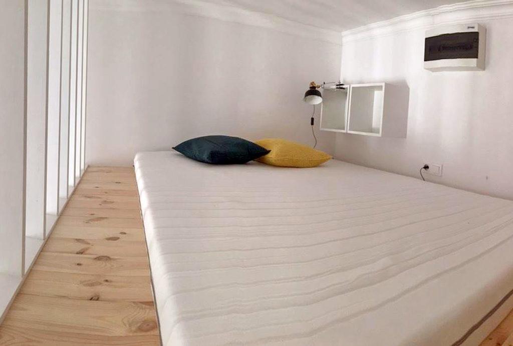 wygodna sypialnia na antresoli w mieszkaniu Wrocław Centrum na wynajem