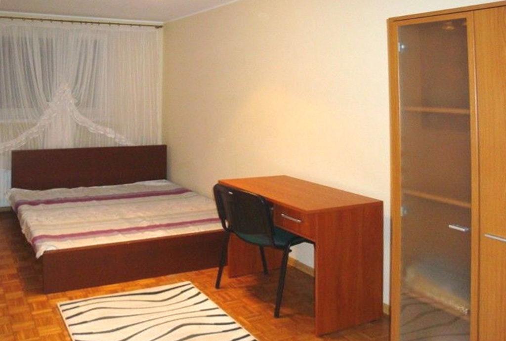 sypialnia z biurkiem w mieszkaniu do sprzedaży Wrocław Stare Miasto