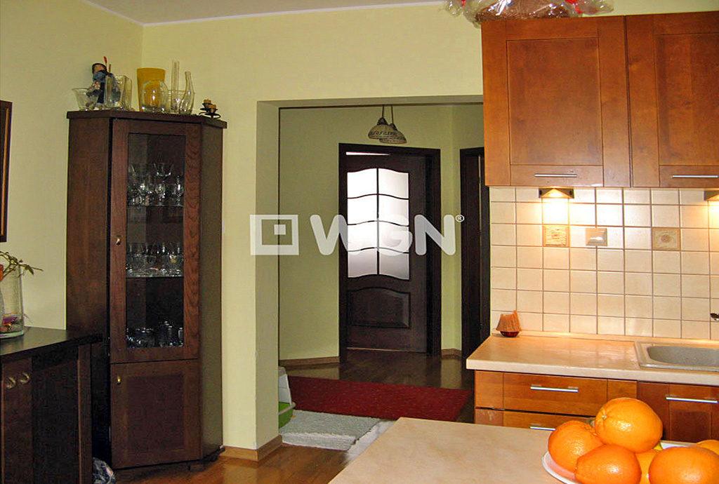 widok z kuchni na salon i przedpokój w mieszkaniu Wrocław Fabryczna na wynajem
