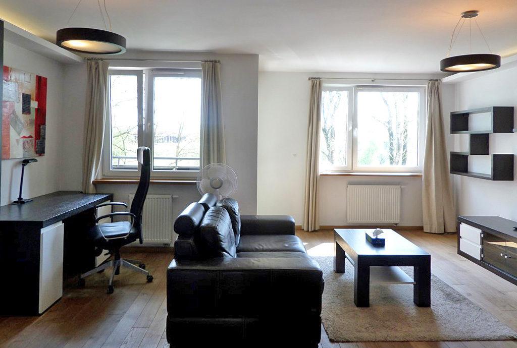 na zdjęciu fragment prestiżowego salonu w mieszkaniu Wrocław Krzyki na sprzedaż