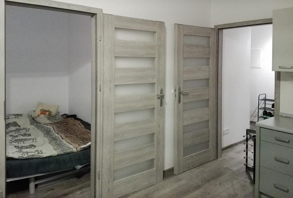 fragment przedpokoju z wejściem do sypialni w mieszkaniu na sprzedaż Wrocław Krzyki