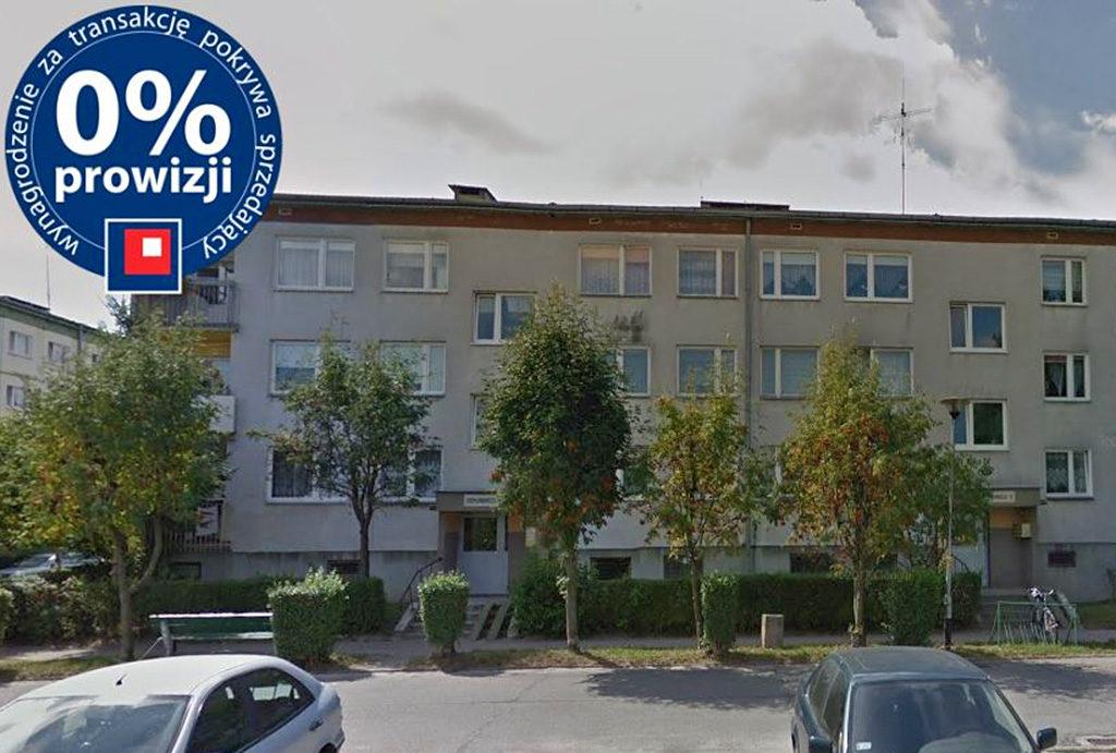 zdjęcie przestawia blok w okolicach Wrocławia, gdzie znajduje się oferowane na sprzedaż mieszkanie