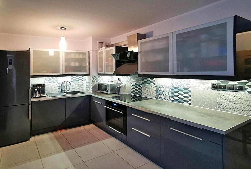 zabudowana kuchnia urządzona w nowoczesnym stylu w mieszkaniu do wynajęcia Wrocław Fabryczna