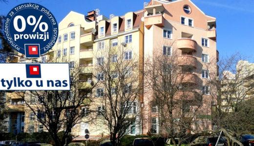widok od strony ulicy na budynek, w którym znajduje się oferowane na sprzedaż mieszkanie Wrocław Krzyki