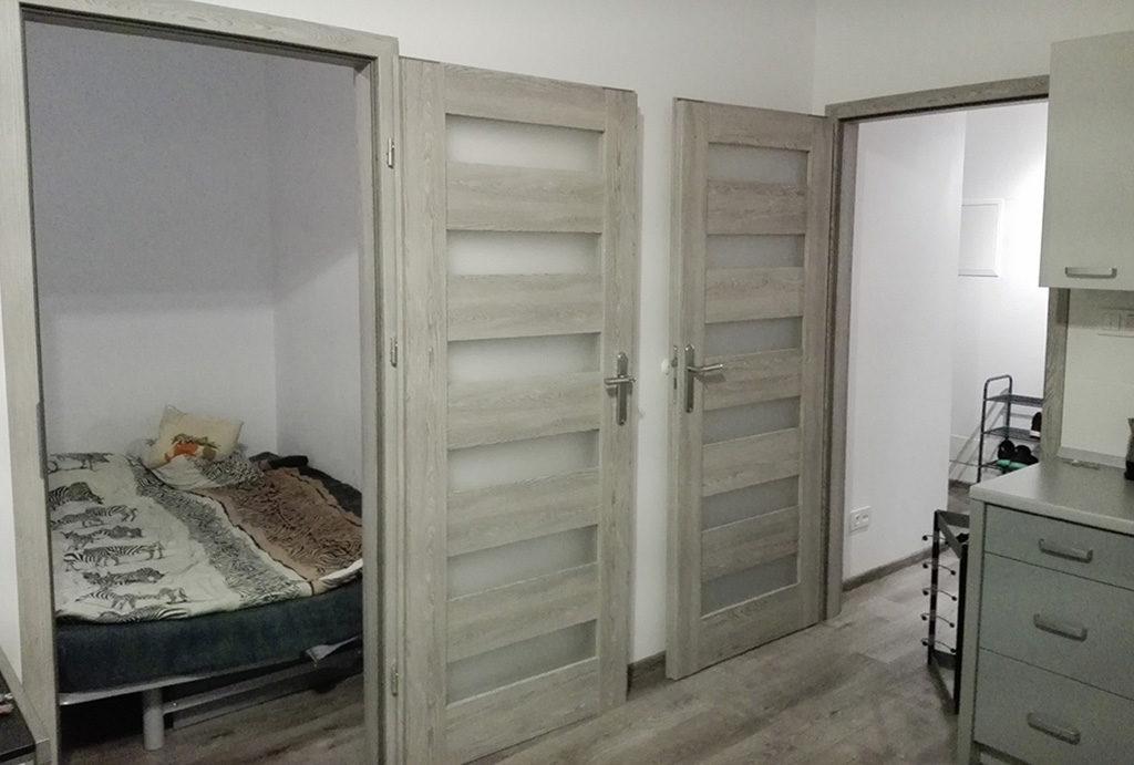 zdjęcie prezentuje przedpokój oraz sypialnię w mieszkaniu do sprzedaży Wrocław Krzyki